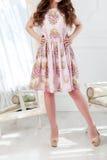 La femme se tient dans une robe habillée lumineuse d'été image stock