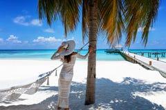 La femme se tient sur une plage tropicale de paradis en Maldives images stock