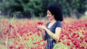 La femme sent des fleurs de pavot clips vidéos