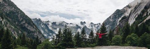 La femme sentent la liberté dans un paysage renversant en montagne images stock