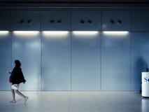 La femme seul marche avec l'ombre de l'homme Image stock