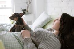 La femme seule se réveillent avec le chien Photo stock
