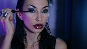 La femme sexy obtient un maquillage de gala de soirée clips vidéos