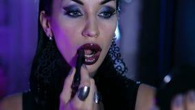 La femme sexy obtient un maquillage de gala de soirée banque de vidéos