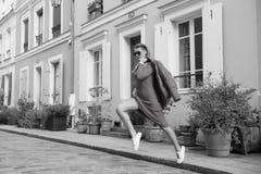 La femme sexy sautent sur la rue de Paris, France, vacances Femme dans des lunettes de soleil, robe rouge, espadrilles sur la rue Photo libre de droits