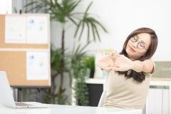 La femme soit fonctionnement fatigué et inquiété avec un ordinateur portable Images libres de droits