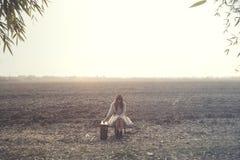 La femme solitaire détend se reposer au milieu de la nature image stock