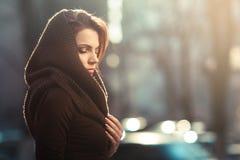 La femme songeuse mystérieuse dans un capot Photo stock
