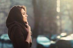 La femme songeuse mystérieuse dans un capot Image libre de droits