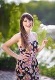La femme souffle des pissenlits en parc Concept de nature et de repos Photographie stock