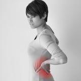 La femme souffre des douleurs de dos, concept de syndrome de bureau image stock