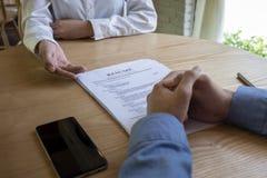 La femme soumet la demande d'emploi, interviewer lisant un résumé image stock