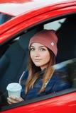 La femme sportive élégante de brune à urbain à la mode outwear conduire une voiture avec le filt froid de vintage de jour d'autom Photo stock