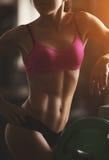 La femme sportive brutale pompant muscles avec Photographie stock libre de droits