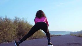 La femme sportive va chercher dedans des sports sur la berge au lever de soleil Mouvement lent clips vidéos