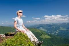 La femme supérieure apprécient la belle vue dans les montagnes photographie stock