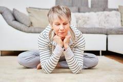 La femme supérieure fait l'exercice de méditation Photos stock