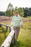 La femme supérieure heureuse très vieille dehors dans la bruyère amarrent, concept obtenant vieux sain heureux photographie stock libre de droits
