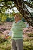 La femme supérieure heureuse très vieille dehors dans la bruyère amarrent, concept obtenant vieux sain heureux image stock