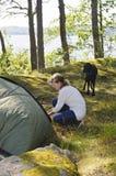 La femme supérieure lance une tente Photos stock