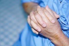 La femme supérieure ou pluse âgé asiatique de vieille dame patiente tiennent sa main avec espoir photographie stock