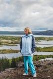 La femme supérieure regarde le parc national de Thingvellir - Islande Photo libre de droits
