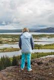 La femme supérieure regarde le parc national de Thingvellir - Islande Images libres de droits