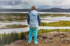 La femme supérieure regarde le parc national de Thingvellir - Islande Photographie stock