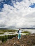 La femme supérieure regarde le parc national de Thingvellir - Islande Photos libres de droits