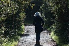 La femme supérieure seul marche Images libres de droits
