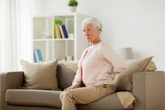 La femme supérieure souffrant de la douleur soutiennent dedans à la maison Photo stock