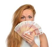 La femme supportant beaucoup encaissent l'argent cinq mille roubles russes aucun Photos libres de droits
