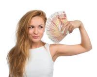 La femme supportant beaucoup encaissent l'argent cinq mille roubles russes aucun Photographie stock libre de droits