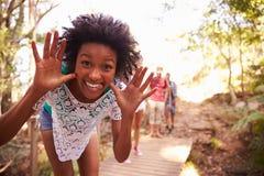 La femme sur la promenade avec des amis faisant Pilling font face à l'appareil-photo Images libres de droits