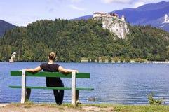 La femme sur le banc, apprécie le jour d'été photographie stock libre de droits