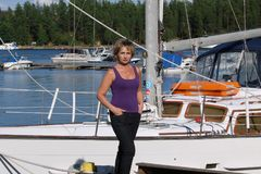 La femme sur le fond des yachts photo libre de droits