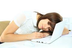 La femme surchargée fatiguée d'affaires dort dans le bureau Images libres de droits