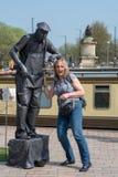 La femme tapote des artistes de représentation de rue nerveusement Images libres de droits
