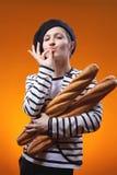 La femme tenant des baguettes et prouve que le goût est délicieux Photographie stock libre de droits