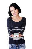 La femme tenant des factures de dollars US Et la maison modèlent Photographie stock libre de droits