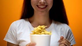 La femme tenant des puces, des saveurs artificielles en nourritures causent la dépendance, risques sanitaires images stock