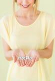 La femme tenant la lettre bloque l'amour de lecture dans des mains évasées Photos stock