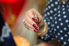 La femme tenant un anneau dans sa main, photo a une profondeur de champ ainsi son visage n'est pas reconnaissable Images libres de droits