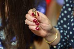 La femme tenant un anneau dans sa main, photo a une profondeur de champ ainsi son visage n'est pas reconnaissable Photographie stock libre de droits