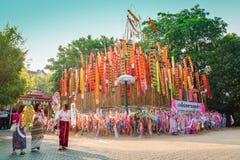 La femme thaïlandaise vient au decorat tung dans le temple Photos stock