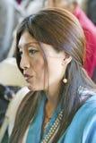 La femme tibétaine dans la robe traditionnelle assiste à l'habilitation d'Amitabha au bâti de méditation dans Ojai, CA Photographie stock libre de droits