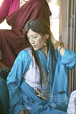 La femme tibétaine dans la robe traditionnelle assiste à la cérémonie bouddhiste d'habilitation d'Amitabha, bâti de méditation da Image libre de droits