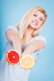 La femme tient des agrumes de pamplemousse dans des mains Photographie stock