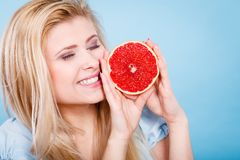 La femme tient des agrumes de pamplemousse dans des mains Image stock