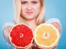 La femme tient des agrumes de pamplemousse dans des mains Image libre de droits